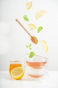 Chá de outono com hortelã e limão com ingredientes