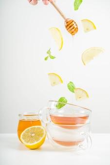 Chá de outono com hortelã e limão voando ingredientes