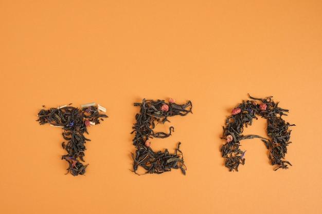 Chá de palavras feito de folhas de chá no espaço de cópia de fundo marrom
