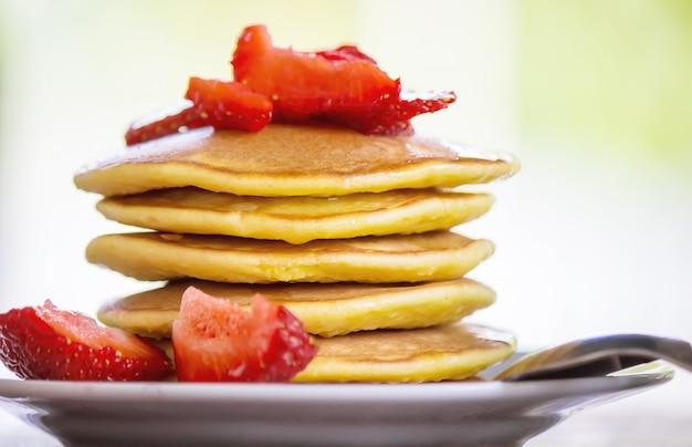 Chá de panquecas e geléia de morango no café da manhã
