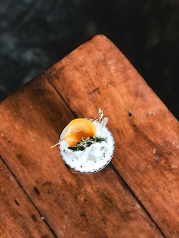 Chá de pêssego com creme de queijo no café moderno.
