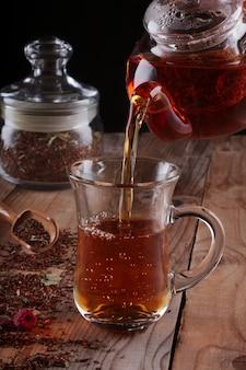 Chá de rooibos em copo de vidro