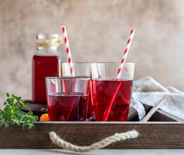 Chá de roselle ou karkade com folhas de chá secas na bandeja de madeira chá vermelho conceito de bebida de ervas saudável