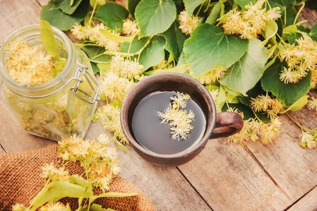 Chá de tília e flores. foco seletivo. bebida.