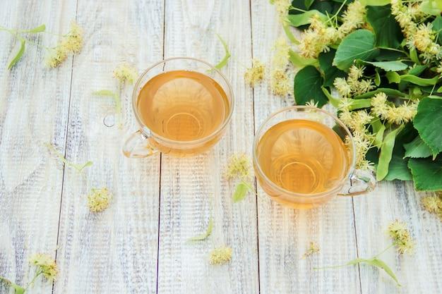 Chá de tília e flores. foco seletivo.