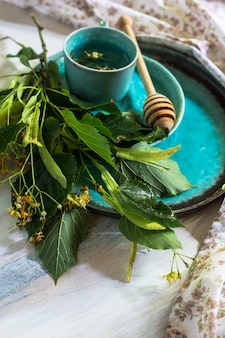 Chá de tília na mesa rústica