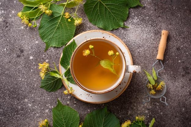 Chá de tília quente saudável no copo