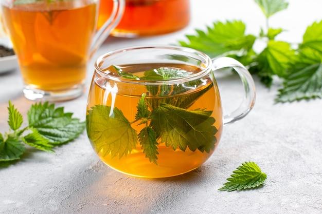 Chá de urtiga e folhas de urtiga frescas
