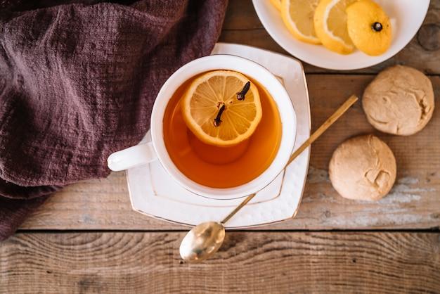 Chá de vista superior com fatias de limão e biscoitos