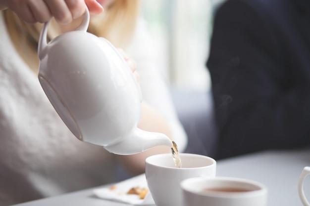 Chá derramando feminino