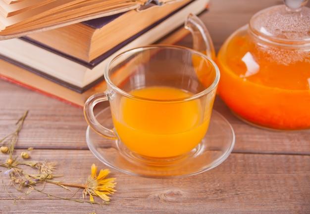 Chá do espinheiro cerval de mar em um copo de vidro. chá de vitaminas à base de plantas.