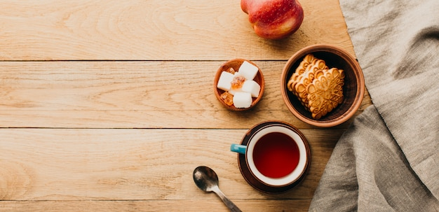 Chá e biscoitos em uma mesa de madeira