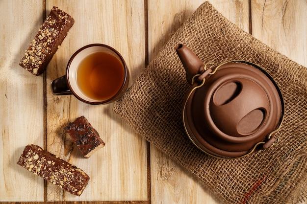 Chá e bolachas no chão de madeira