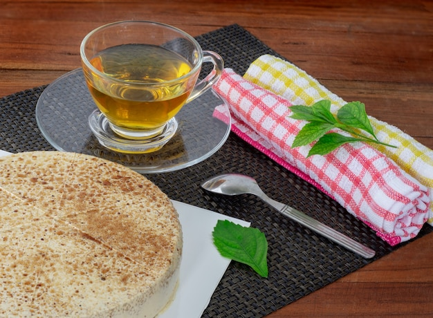 Chá e bolo na mesa de madeira