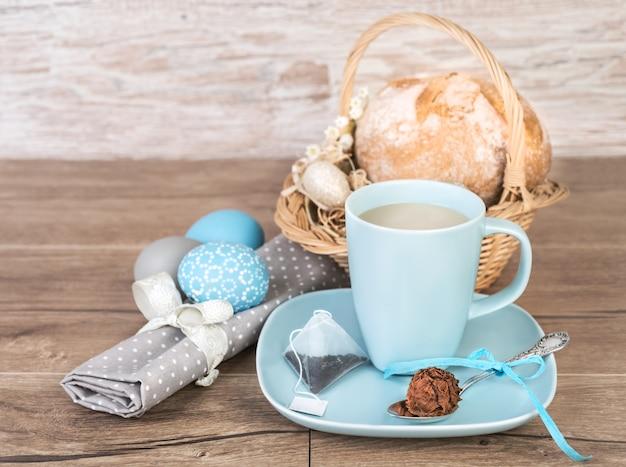 Chá e chocolate na mesa de páscoa