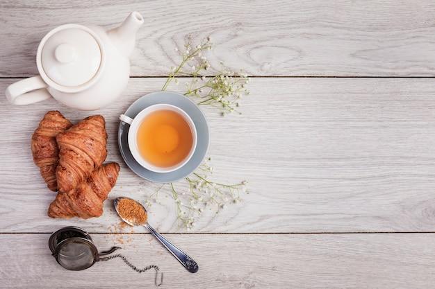 Chá e croissants no espaço da cópia