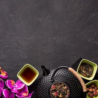 Chá e ervas secas dispostas no fundo do fundo
