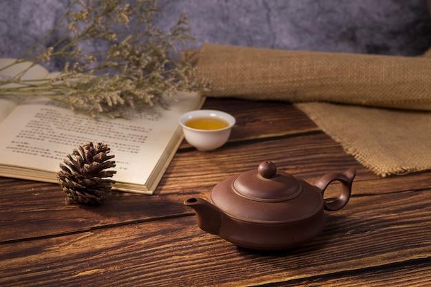 Chá e livro na mesa