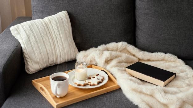 Chá e livro para relaxar