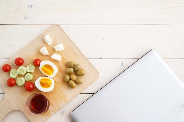 Chá e turco, café da manhã mediterrâneo e um laptop fechado
