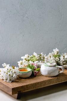Chá em bule de cerâmica