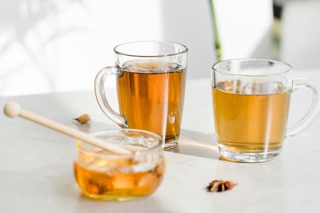 Chá em copos com mel