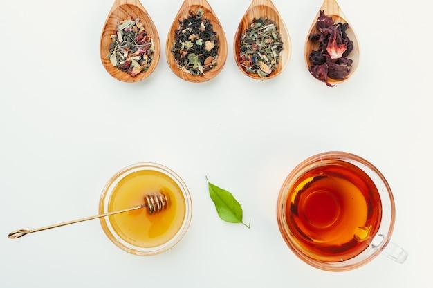 Chá em um copo de vidro com especiarias e ervas. vista do topo.