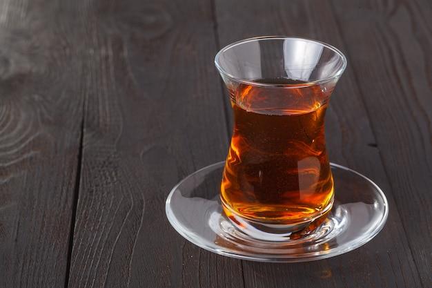 Chá em vidro tradicional armudu (em forma de pêra) do azerbaijão