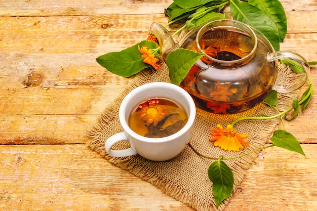 Chá feito de flores frescas de calêndula