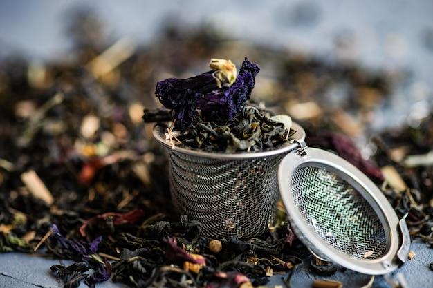 Chá floral em uma tigela