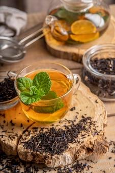 Chá fresco com limão e hortelã