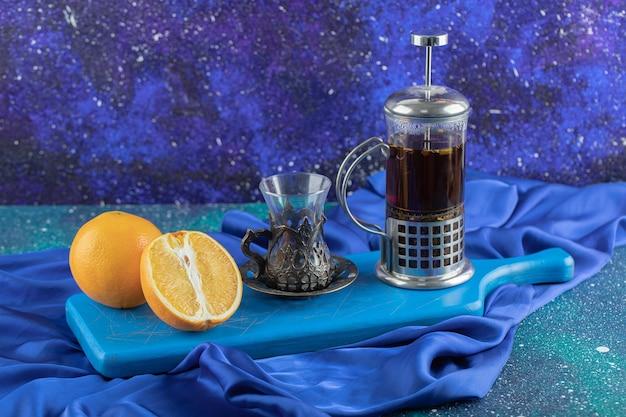 Chá fresco e perfumado no bule. limão orgânico.