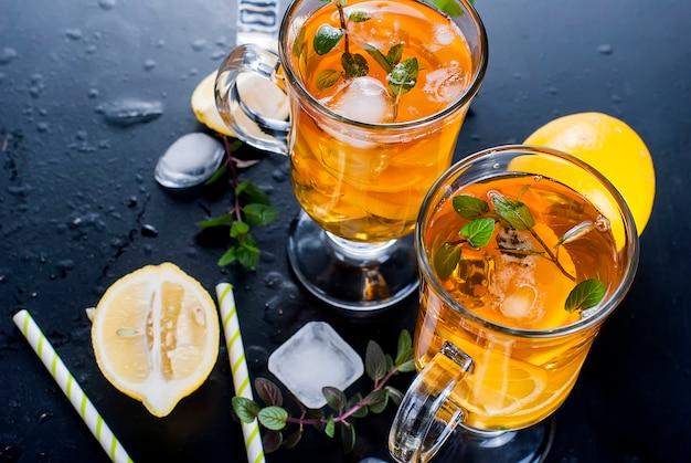 Chá frio com limão, hortelã e gelo