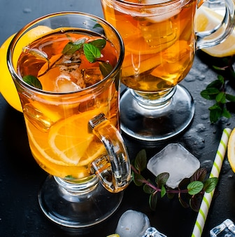 Chá frio com limão, menta e gelo