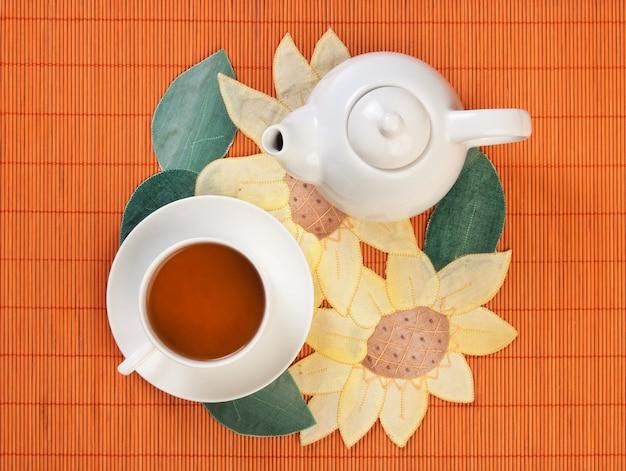 Chá frutado floral em cima da mesa