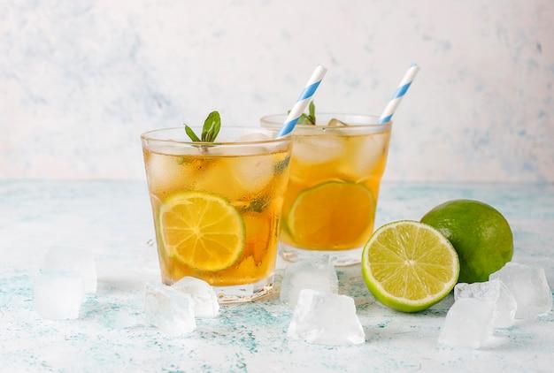 Chá gelado com limão e gelo