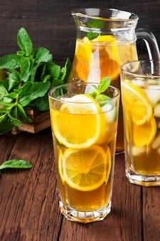 Chá gelado com limão e hortelã