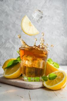 Chá gelado com limão e menta