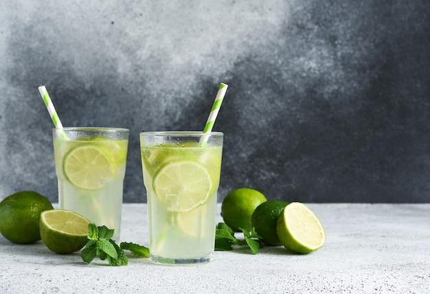 Chá gelado com limão. limonada gelada com limão em um fundo de concreto.