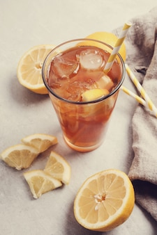 Chá gelado com limões