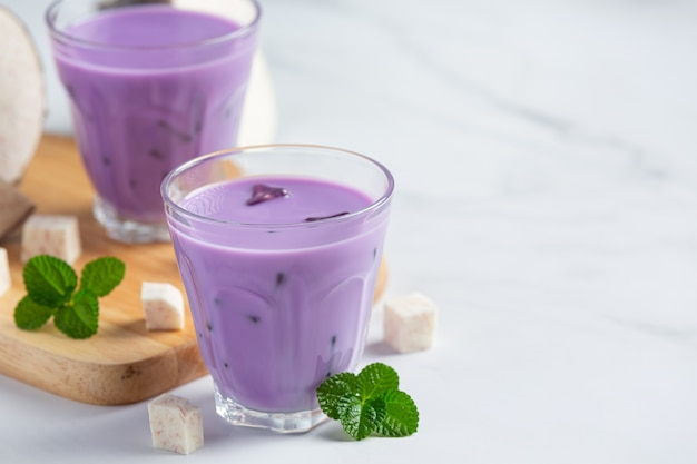 Chá gelado de batata taro na mesa