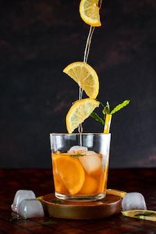 Chá gelado de limão no conceito de movimento.
