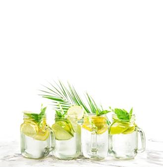 Chá gelado de limonada de verão frio. coquetel refrescante com lima, limão, menta e gelo