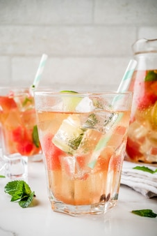 Chá gelado de melancia e verde limão com folhas de hortelã