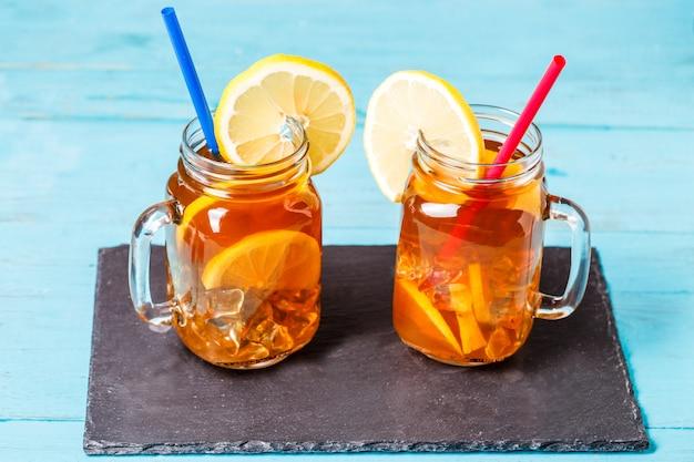 Chá gelado em uma jarra de vidro com limão.