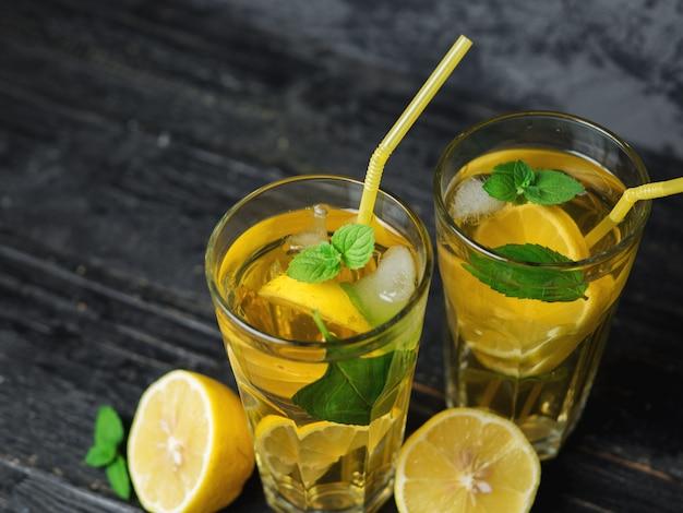 Chá gelado gelado tradicional com limão e menta