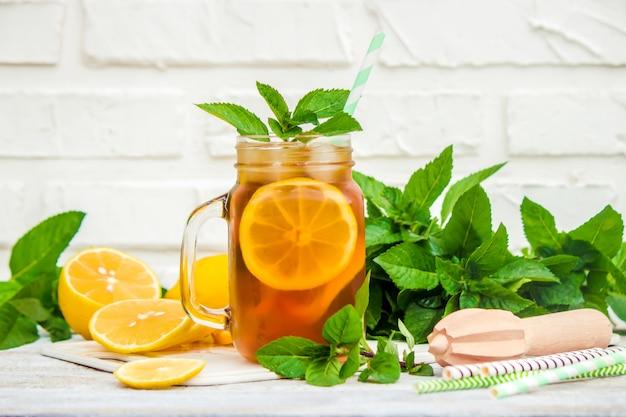 Chá gelado, limão e hortelã. foco seletivo.