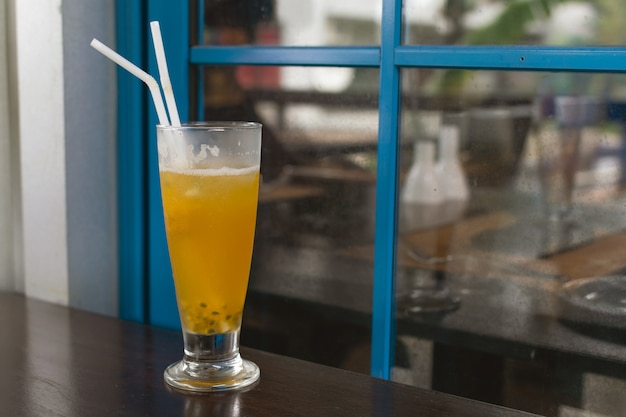 Chá gelado, limonada, coquetel com maracujá