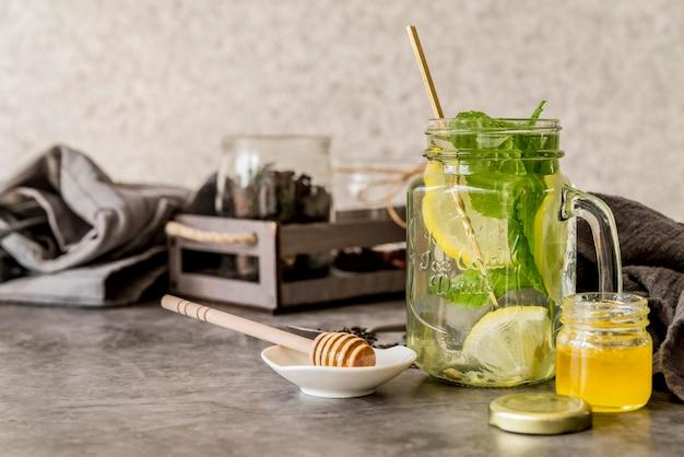Chá gelado orgânico com mel na mesa