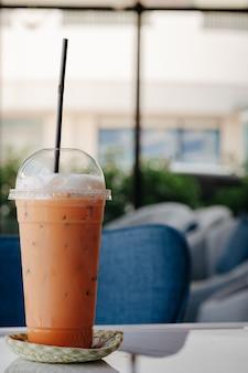 Chá gelado tailandês colocado na mesa